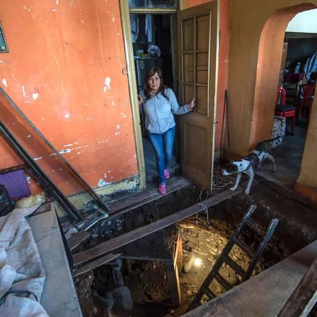 Raquel Santiago em sua casa, sob a qual foi cavada um túnel Foto: ERNESTO BENAVIDES / AFP