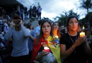 Manifestantes contra Maduro fazem vigília em homenagem aos mortos durante protestos em Caracas Foto: Ariana Cubillos / AP