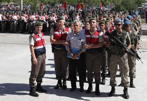 Ex-comandante da Aeronáutica Akin Ozturk, à frente, é levado por agentes de segurança turcos antes de julgamento por envolvimento na tentativa de golpe de Estado de julho de 2016 Foto: Adem Altan / AFP