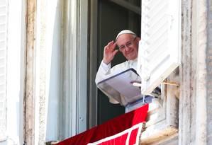 Papa Francisco acena para os fiéis durante missa dominical na Praça de São Pedro Foto: TONY GENTILE / REUTERS