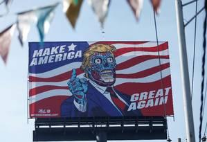 Outdoor mostra o presidente dos Estados Unidos, Donald Trump, como um extraterrestre em uma avenida da Cidade do México Foto: HENRY ROMERO / REUTERS