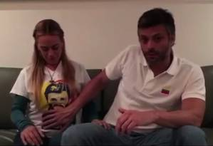 Leopoldo López acaricia barriga de mulher enquanto dá notícia da gravidez Foto: Reprodução vídeo