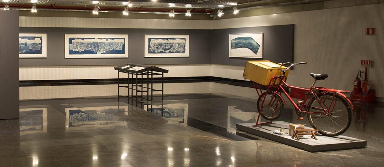 """Bicicleta-laboratório de Roger Sassaki no ambiente expositivo da mostra """"Artesania fotográfica"""" Foto: Francisco Moreira da Costa / Divulgação"""