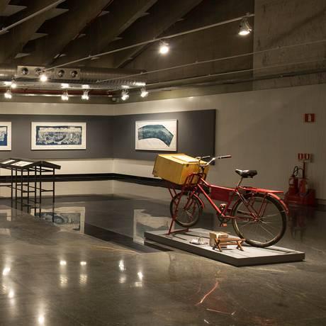 Bicicleta-laboratório de Roger Sassaki no ambiente expositivo da mostra