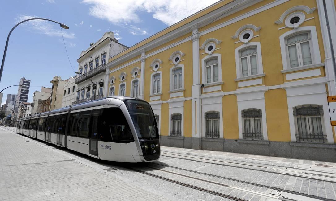 Orçado em R$ 1,18 bilhão e compondo parte das obras de revitalização do Centro do Rio, o VLT, inaugurado em junho de 2016, tornou-se um modal de transporte para conectar a Zona Portuária da cidade ao centro e ao Aeroporto Santos Dumont Foto: Domingos Peixoto / Agência O Globo