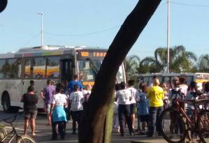 Funcionários de clínica da família interditam Avenida Ayrton Senna Foto: Foto de leitor
