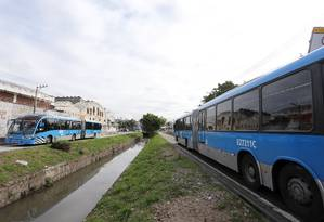 Inaugurado em junho de 2014, pouco antes do começo da Copa do Mundo, o BRT Transcarioca foi outra grande obra de infraestrutura da Zona Oeste, ligando a Barra da Tijuca ao Aeroporto do Galeão, na Ilha do Governador Foto: Guilherme Pinto / Agência O Globo