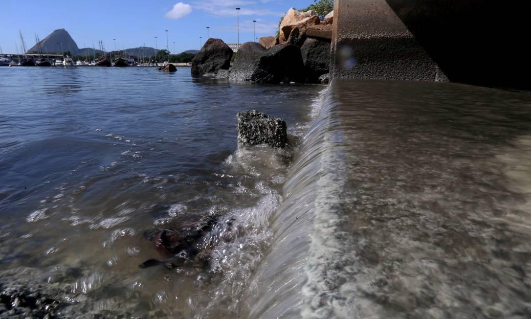 Em abril de 2016, o governo do estado inaugurou uma obra que deu início a um cinturão de proteção permanente à Marina da Glória. No começo de 2017, porém, uma equipe do GLOBO flagrou o despejo de galerias pluviais nas águas da marina Foto: Custódio Coimbra / Agência O Globo