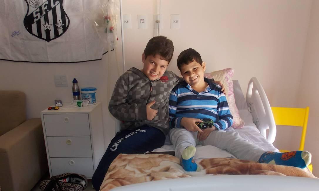 O menino Samuel (à direita), que passou seus últimos meses de vida no 'hospice', durante a visita de um amiguinho: vítima de um câncer, ele faleceu aos 11 anos Foto: Arquivo pessoal