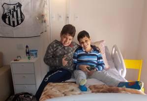 O menino Samuel (à direita), que passou seus últimos meses de vida no 'hospice', durante a visita de um amiguinho: vítima de um câncer, ele faleceu aos 11 anos Foto: arquivo pessoal / Arquivo pessoal