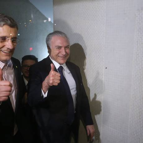 O Presidente Michel Temer, com Darcisio Perondi (PMDB-RS) teve de subir seis andares de escada para o jantar na casa do Deputado Fabio Ramalho (PMDB-MG) Foto: Ailton de Freitas / Agência O Globo