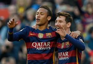 Messi e Neymar se abraçam na comemoração de um gol do Barcelona Foto: Lluis Gene/AFP