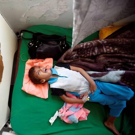 Menino chora em cama de hospital em Sanaa, no Iêmen Foto: MOHAMED AL-SAYAGHI / REUTERS