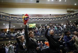 Parlamentares da oposição gritam 'fraude' durante uma sessão na Assembleia Nacional, em Caracas Foto: Ariana Cubillos / AP