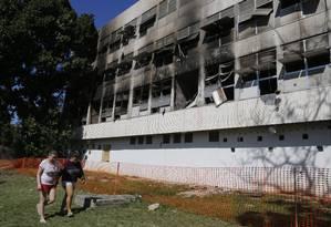 Estudantes deixam alojamento após incêndio na UFRJ Foto: Antônio Scorza / Agência O Globo
