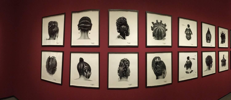 Série de fotos do nigeriano J.D. Okhai Ojeikere exposta na Fundação Louis Vuitton, em Paris Foto: Marina Gonçalves / O Globo