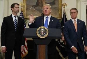 Linha-dura. Ao lado dos senadores republicanos Tom Cotton, (esquerda) e David Perdue, Trump anuncia proposta para endurecer obtenção de green cards Foto: Evan Vucci / AP