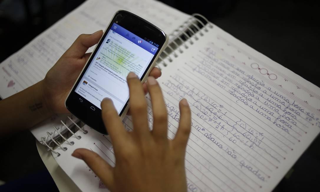 Pesquisa mostra que 51% dos alunos já usaram celular para estudar ...