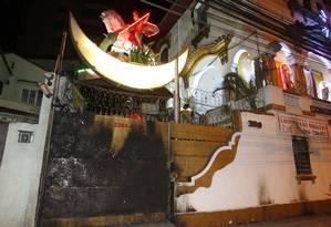 Na madrugada desta quinta-feira, portões do imóvel estampavam as marcas do primeiro ataque, que ocorreu no início desta semana Foto: Pedro Teixeira / Agência O Globo