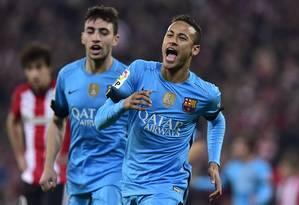 Neymar comemora um gol contra o Athletic Bilbao observado por Munir: jovem é um dos substitutos imediatos do craque brasileiro Foto: Alvaro Barrientos / AP