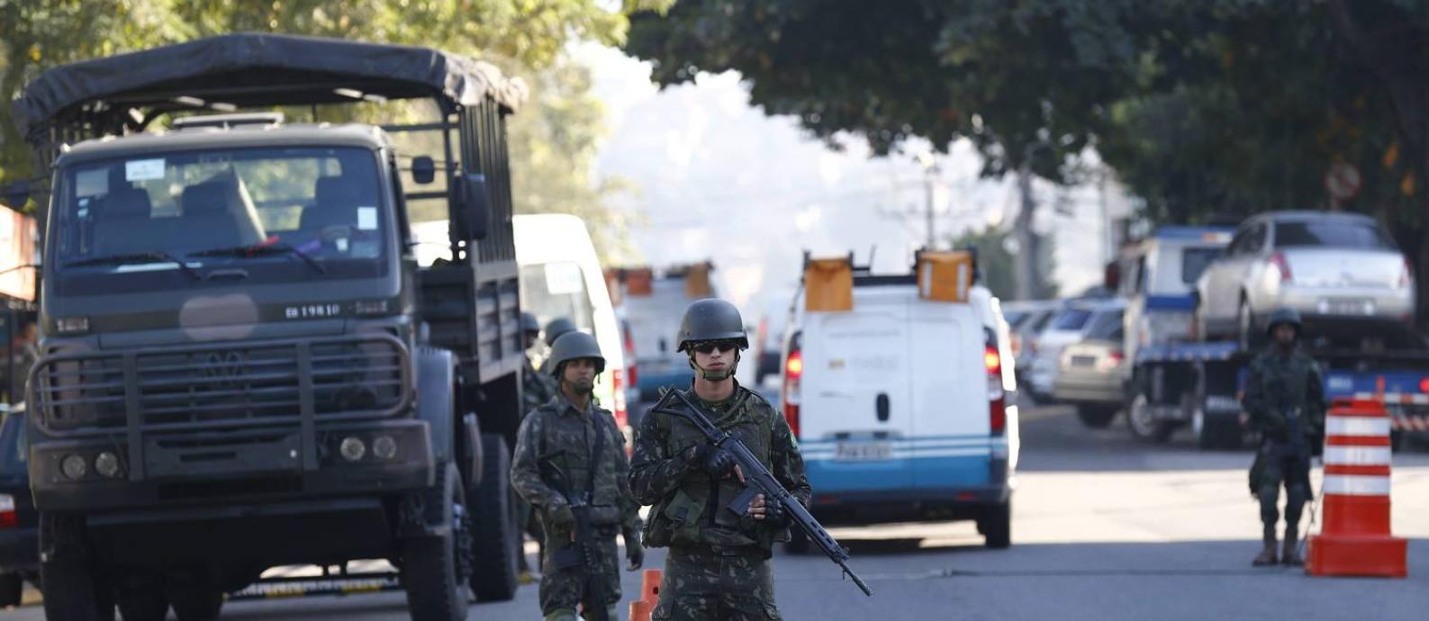 Forças Armadas no Rio: homens do Exército fazem uma operação na entrada da comunidade da Fazenda Botafogo, no complexo do Chapadão Foto: Pablo Jaco - 01/08/2016 / Agência O Globo
