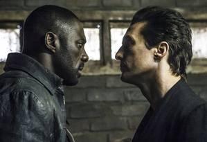 Idris Elba e Matthew McConaughey em cena de 'A torre negra' Foto: Divulgação
