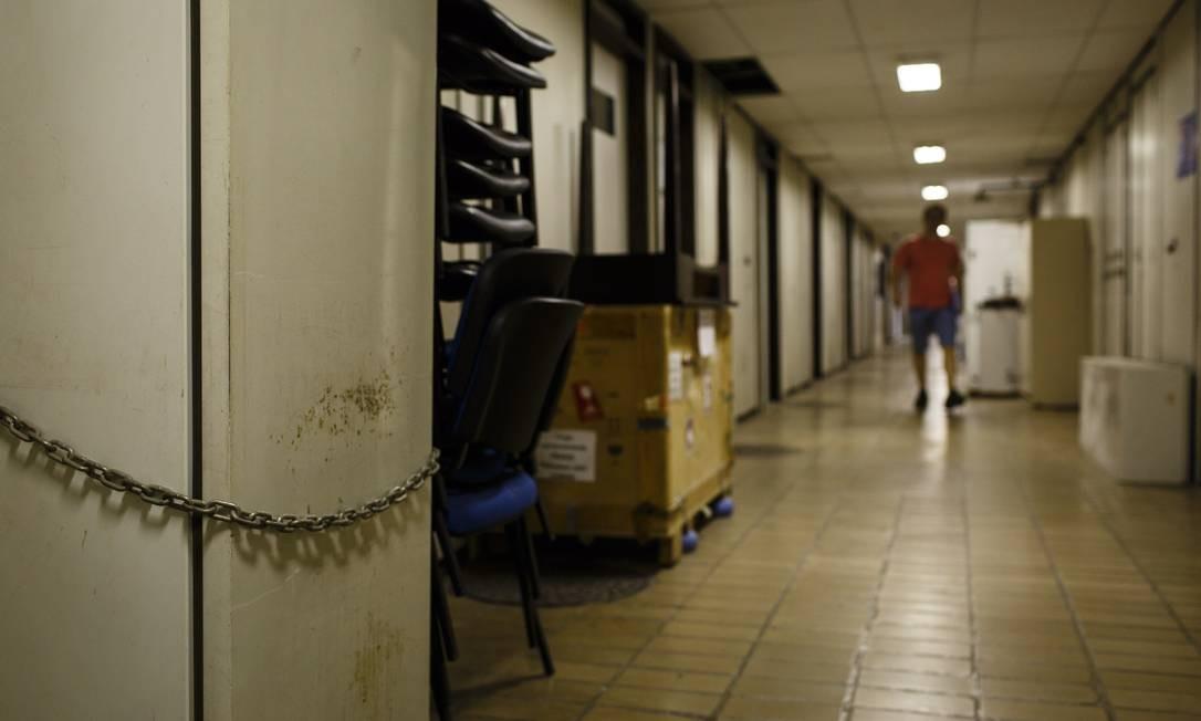 Abandono no subsolo e corredores do Centro de Ciências da Saúde da UFRJ: sinal da crise na ciência no Brasil Foto: Fernando Lemos