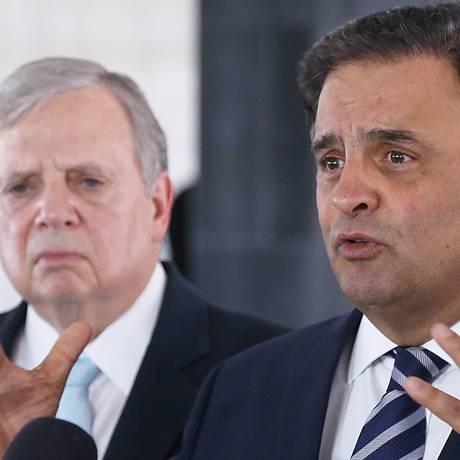 O senador Aécio Neves (PSDB-MG) ao lado do senador Tasso Jereissati durante entrevista no Palácio do Planalto Foto: Ailton de Freitas / Agência O Globo
