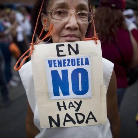 Aos 74 anos, manifestante usa cartaz que diz