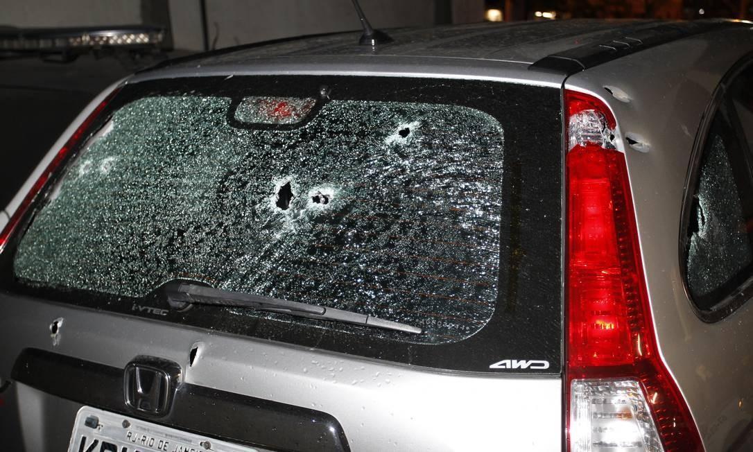 Marcas de disparos no veículo abandonado pelos criminosos na Rua Visconde de Abaeté Foto: Pedro Teixeira / Agência O Globo