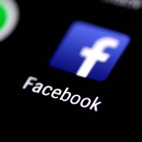 Para conseguir controlar o tempo de uso, especialista recomenda retirar sinais relacionados com a rede social dos ambientes, como apagar o logotipo da tela principal do smartphone Foto: Thomas White / REUTERS
