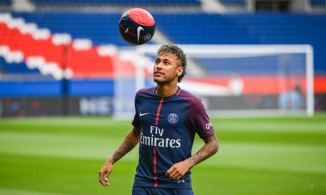 Neymar brinca com a bola na apresentação do PSG Foto: LIONEL BONAVENTURE / AFP