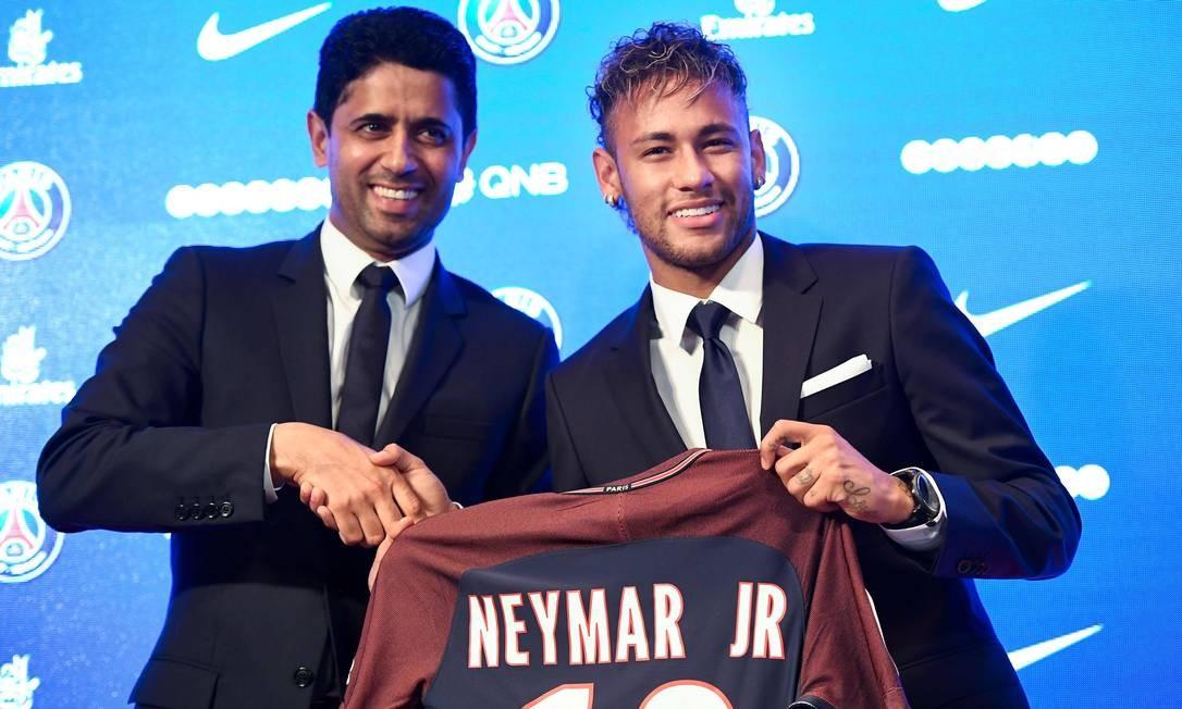 O presidente do PSG, Nasser Al-Khelaifi, apresentou Neymar à imprensa nesta sexta-feira Foto: LIONEL BONAVENTURE / AFP