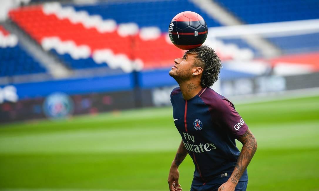 Neymar brinca com a bola durante sua apresentação no PSG Foto: LIONEL BONAVENTURE / AFP