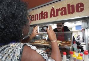 Mohamed Ali, refugiado sírio que foi agredido em Copacabana, recebe apoio de populares Foto: Márcio Alves / Agência O Globo