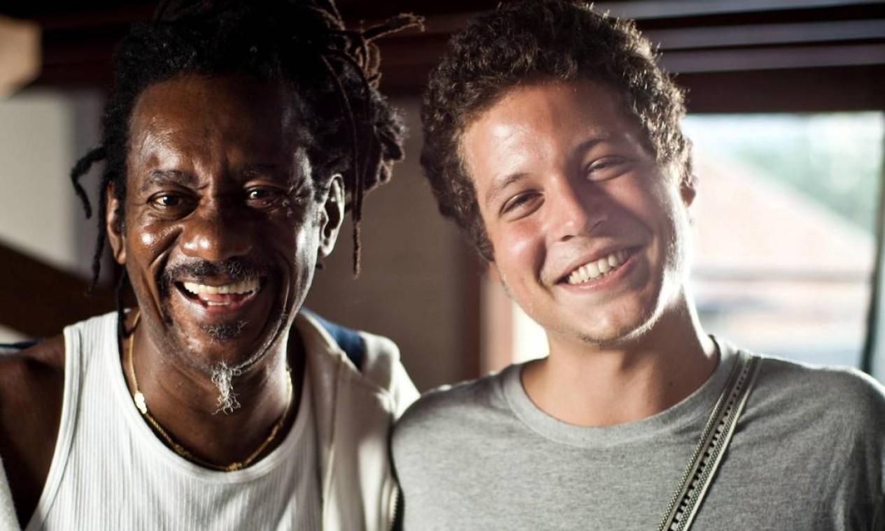 Luiz Melodia e Chicão, filho de Cássia Eller, nos bastidores das gravações do documentário sobre a cantora, em 25 de maio de 2013 Foto: Divulgação