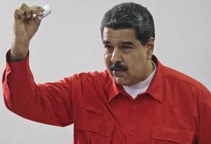 O presidente venezuelano, Nicolás Maduro, mostra sua cédula de votação na Assembleia Nacional Constituinte, em Caracas Foto: AP