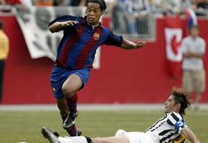 Ronaldinho Gaúcho, camisa 10 do Barcelona, enfrenta a Juventus em 2003 Foto: Brian Snyder / Brian Snyder