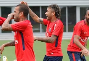 Entre Daniel Alves e Lucas Moura, Neymar em momento de descontração no primeiro treino no PSG Foto: Divulgação
