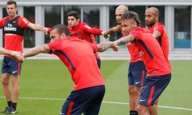 Neymar ficou boa parte do treino perto de Daniel alves e Lucas Moura Foto: C. Gavelle/PSG