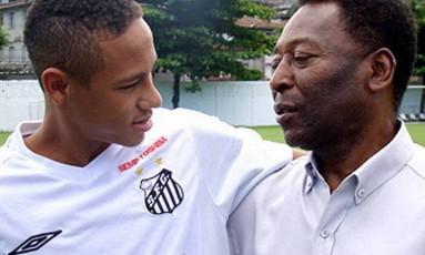 Craques. Neymar, então com 17 anos, abraça o ídolo Pelé, eterno camisa 10 da seleção brasileira que também se projetou no Santos Foto: 25/03/2009 / Divulgação