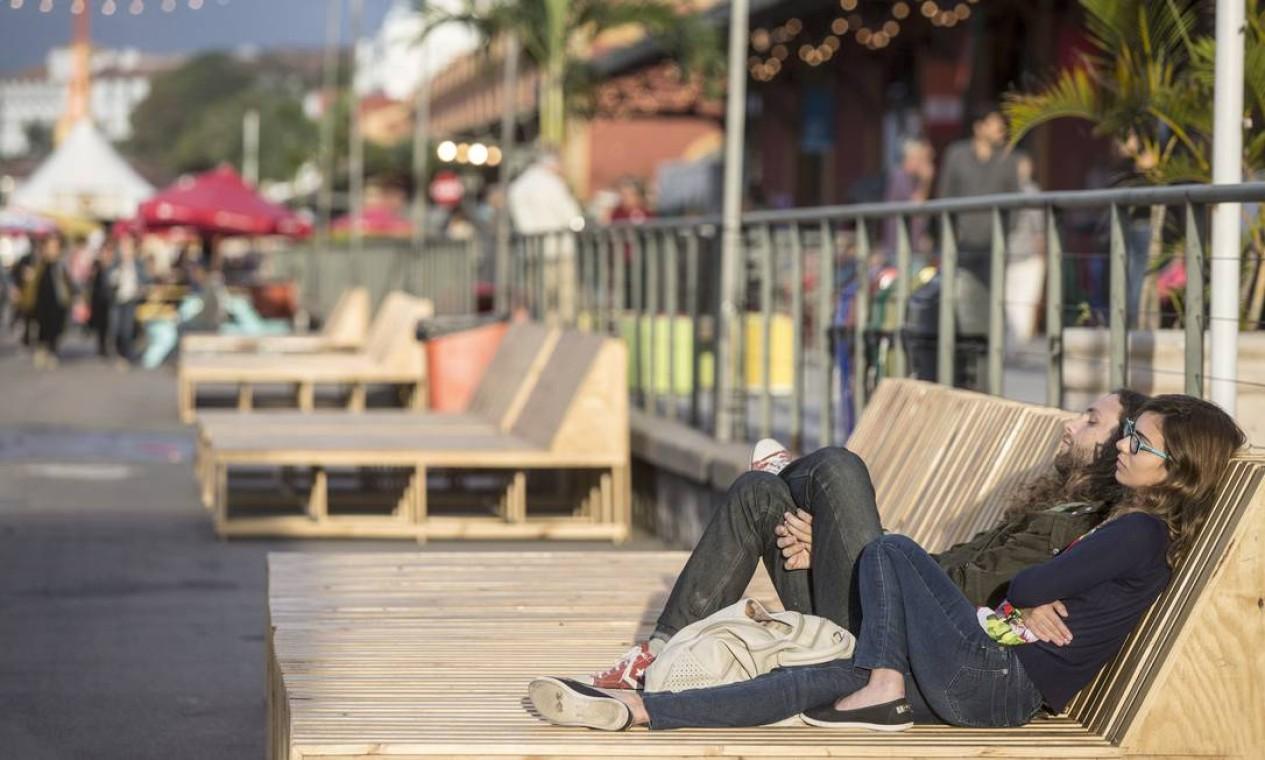 No início da tarde, público relaxava nas espreguiçadeiras do Píer Mauá Foto: Ana Branco / Agência O Globo