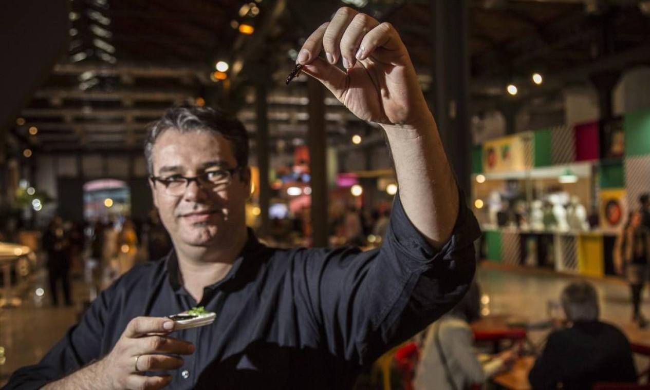 Candido Vitor, frequentador do Rio Gastronomia, experimenta gafanhoto no Ten Kai Foto: Ana Branco / Agência O Globo