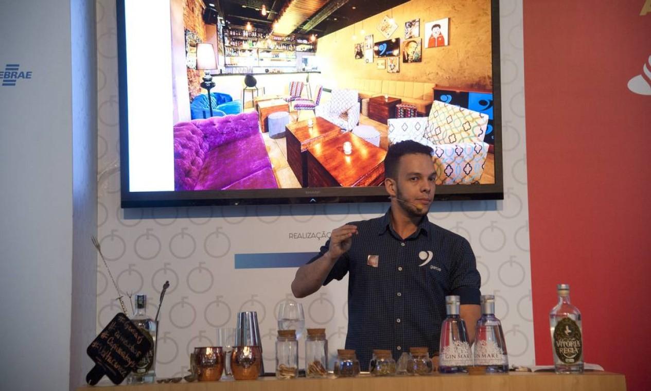 O bartender Igor Renovato ensina a fazer drinques com gim Foto: Adriana Lorete / Agência O Globo