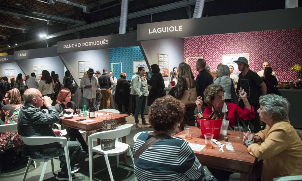 No início da noite, o movimento dos restaurantes Rancho Português e Laguiole (4 garfinhos no Guia Rio Show), já era intenso Foto: Ana Branco / Agência O Globo