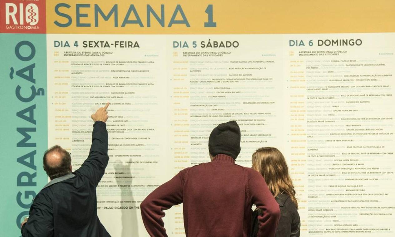 Público tenta se orientar diante da intensa programação do Rio Gastronomia Foto: Ana Branco / Agência O Globo