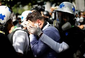 Manifestante ferido é ajudado por voluntários em Caracas Foto: MARCO BELLO / REUTERS