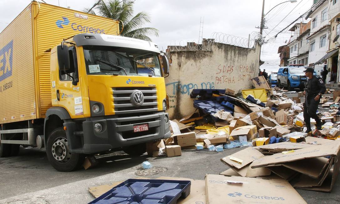 Entrega de risco. O caminhão dos Correios que foi assaltado em Benfica e levado para o Morro São João, em Benfica, onde há uma UPP: só no primeiro semestre deste ano, foram registrados 5.179 roubos de carga no Estado do Rio Foto: Reginaldo Pimenta / Raw Image