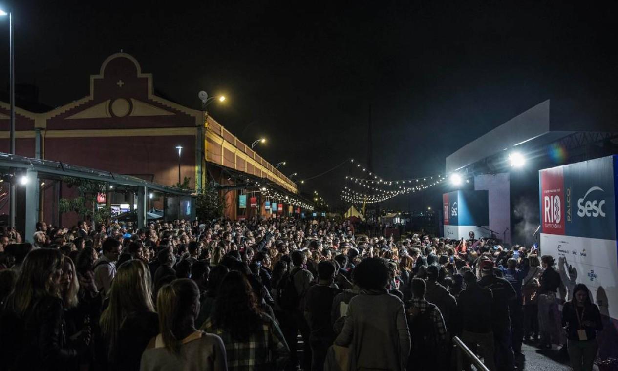 Público lotou o Píer Mauá na noite de sexta-feira Foto: Ana Branco / O Globo