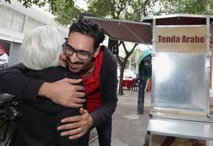 Mohamed Ali recebe abraço: sírio foi vítima de intolerância Foto: Márcio Alves -04/08/17 / Agência O Globo